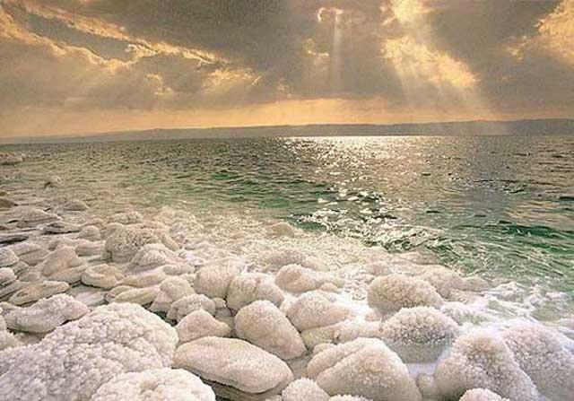 А это - вода на минуточку... Мертвое Море.
